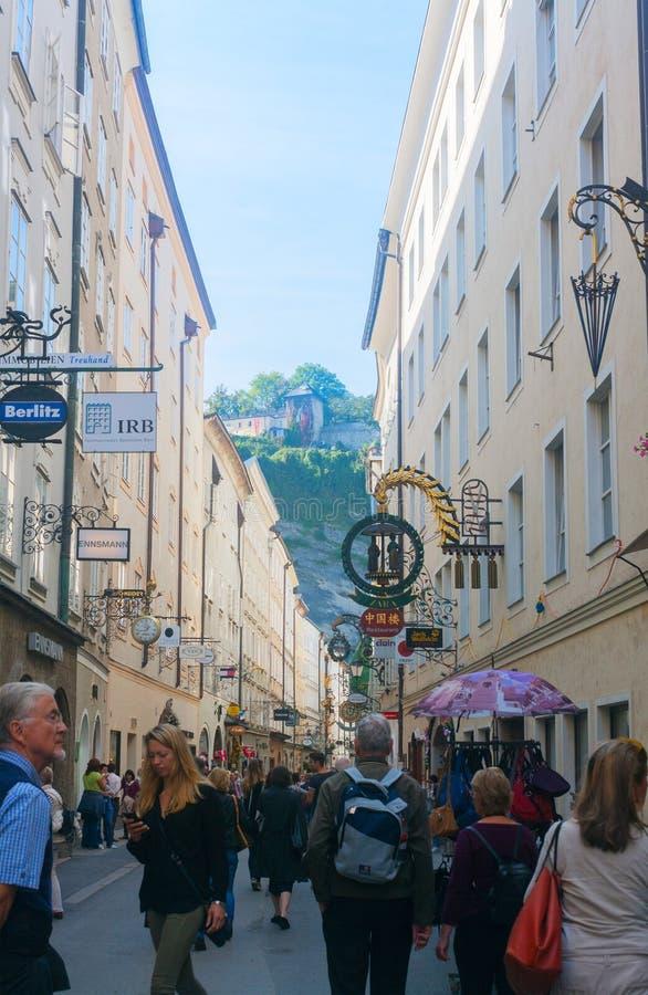 Turyści chodzi w dół ulicznego Getreidegasse w Salzburg, Aust fotografia royalty free