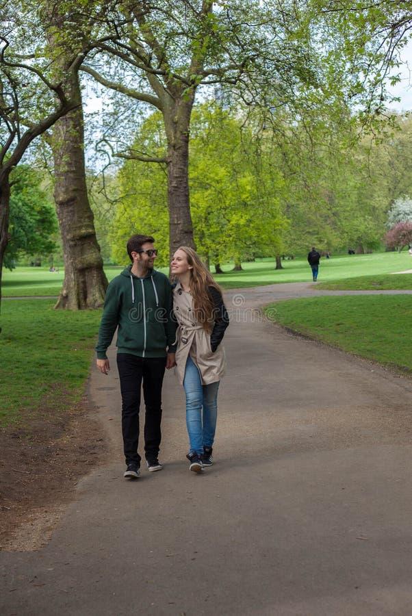 Turyści chodzi w Londyn parku obrazy royalty free