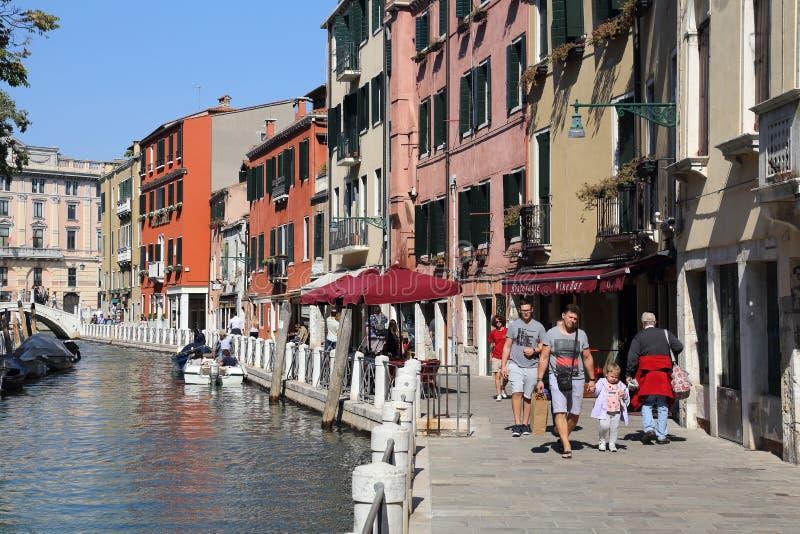 Turyści chodzi wzdłuż kanału w Wenecja, Włochy zdjęcie royalty free
