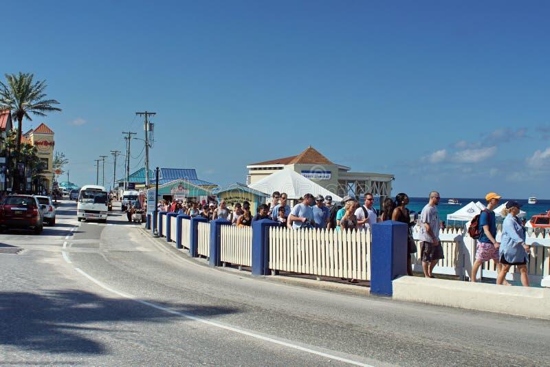 Turyści chodzi z powrotem statek wycieczkowy na Uroczystym kajmanie zdjęcia stock