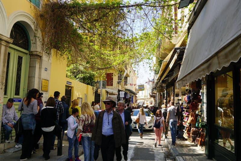 Turyści chodzili w starym miasteczku Plaka w Ateny zdjęcie stock
