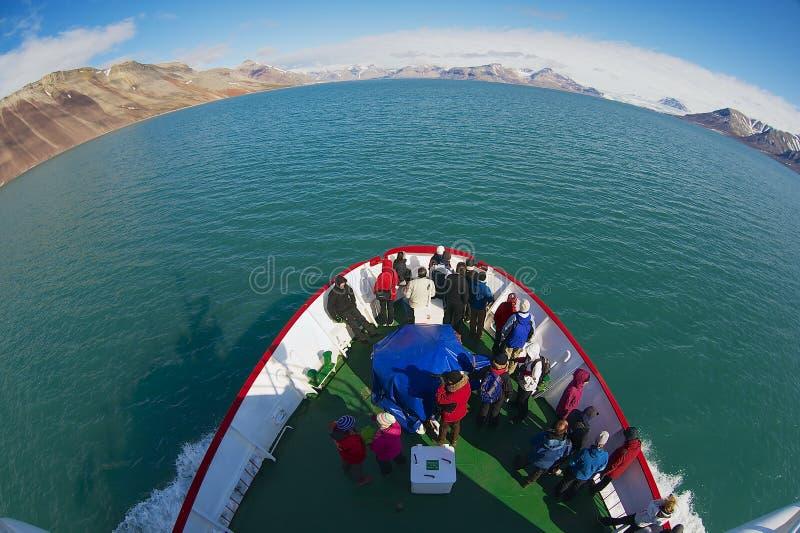 Turyści cieszą się arktycznych biegunowego morza widoki od statku wycieczkowego w Longyearbyen, Norwegia fotografia royalty free