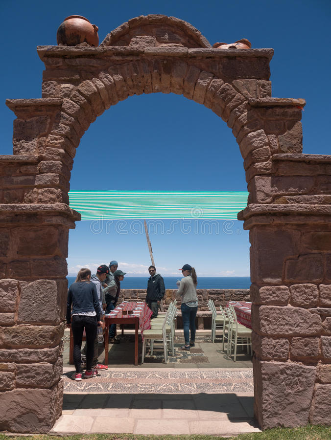 Turyści cieszą się gościa restauracji w resturant przy bramą Taquile wyspa obrazy stock