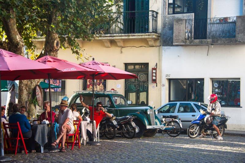 Turyści cieszą się pogodnego jesień dzień w Colonia, Urugwaj zdjęcie stock