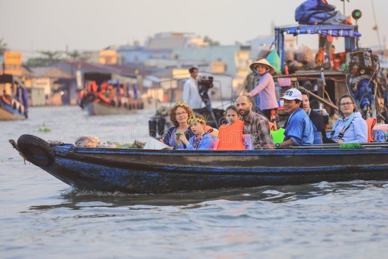Turyści cieszą się przejażdżkę na tradycyjnej Wietnamskiej łodzi przy Mekong deltą zdjęcia royalty free