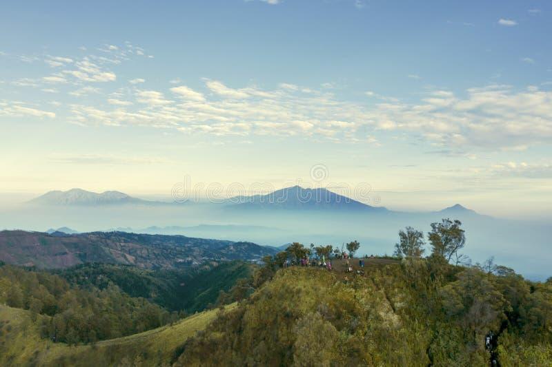Turyści cieszy się Bromo widok górskiego fotografia royalty free