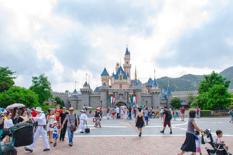 Turyści cieszy się ich czas przy Sypialnego piękna kasztelem, Hong Kong Disneyland zdjęcie royalty free