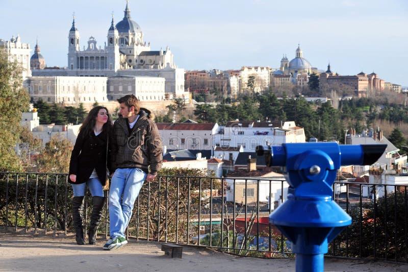 Turyści cieszy się pejzaż miejskiego Madryt, Hiszpania zdjęcia royalty free