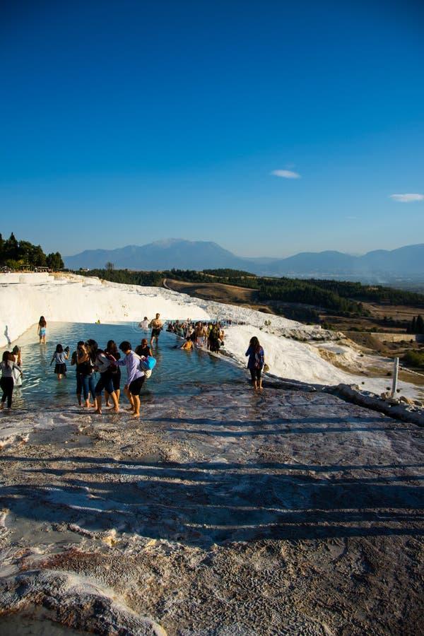 Turyści cieszy się w termal wodnych basenach w Pamukkale obraz stock