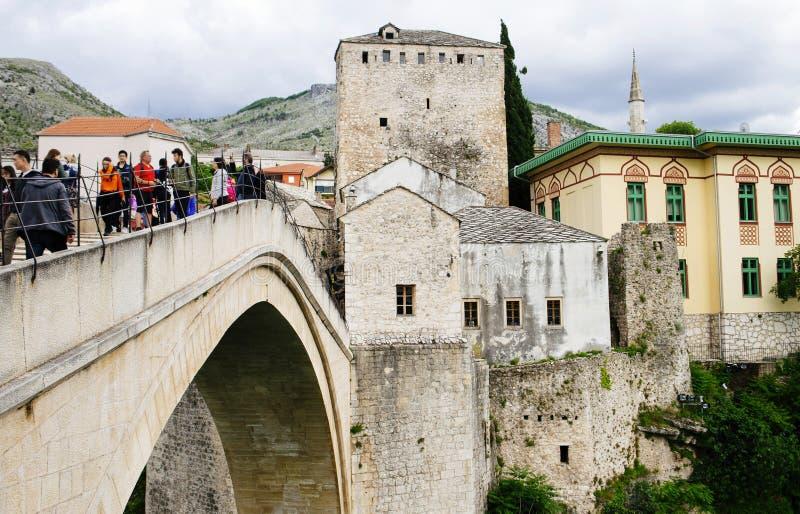 Turyści cieszy się widoku starego brigde w Mostar Bośnia i Herzegovina obraz royalty free