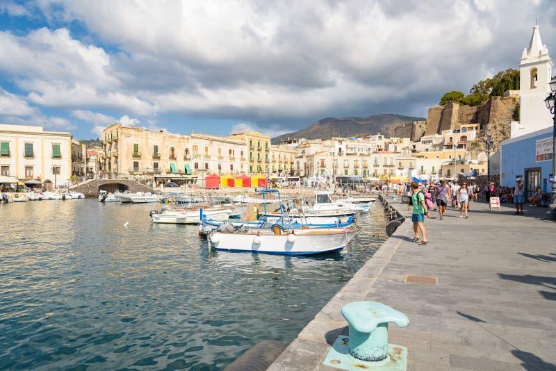 Turyści czekać na ich statek na Lipari wyspie zdjęcie stock