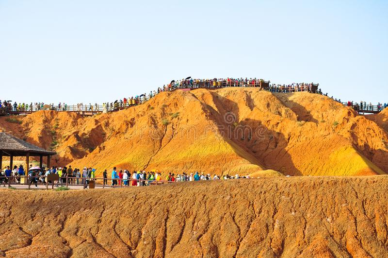 Turyści dla Kolorowych gór obraz royalty free