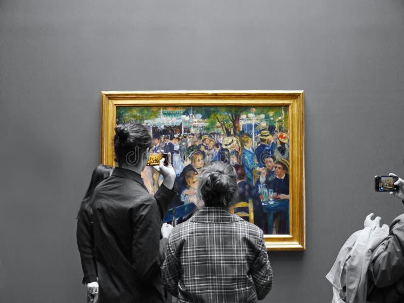 Turyści fotografują ikonowego Moulin De Los Angeles Galetee Renoir obraz stock