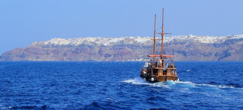 turyści Greece łódkowaty idzie santorini Oia obrazy stock
