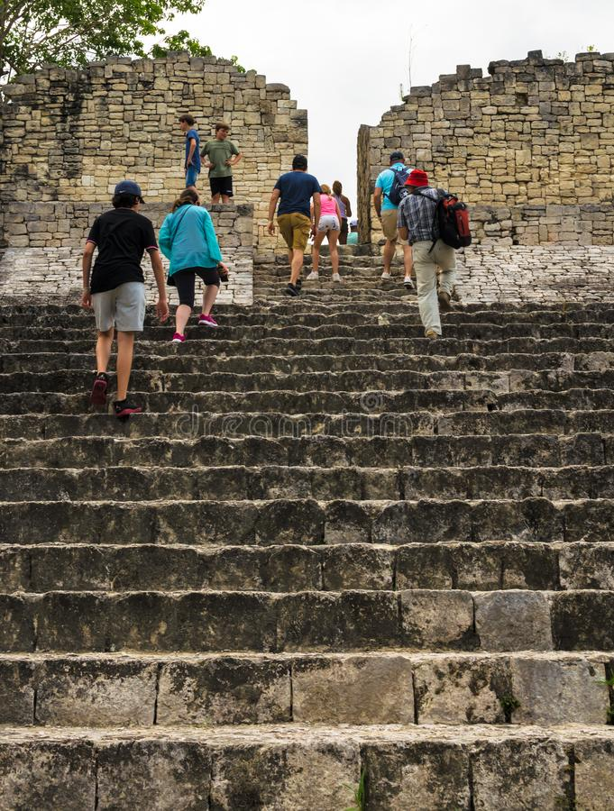 Turyści grupują odwiedzać starą ruinę przy Majskim miastem Kohunlich zdjęcie stock