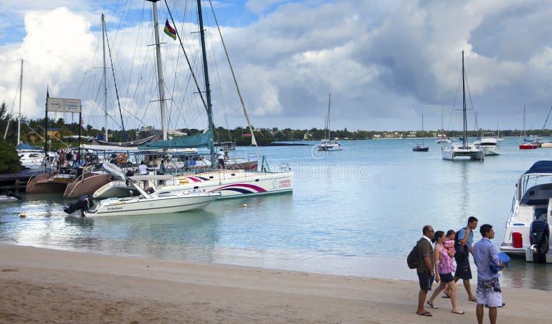 Turyści iść na catamarans Gabrielle wyspa Uroczysta zatoka na Kwietniu 24, 2012 w Mauritius (Uroczysty Baie) zdjęcia stock
