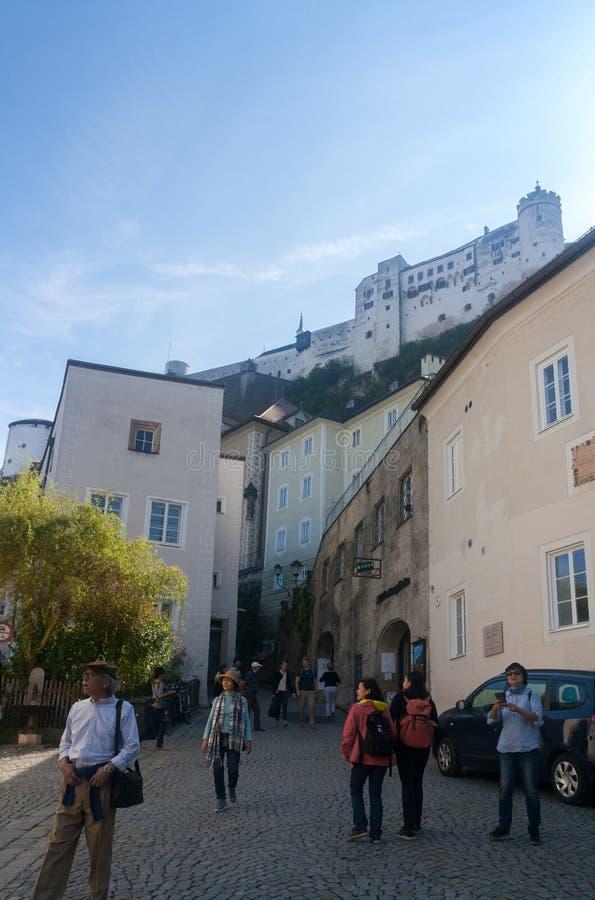 Turyści iść puszek Hohensalzburg kasztel Wysoki Salzbu ulica fotografia royalty free