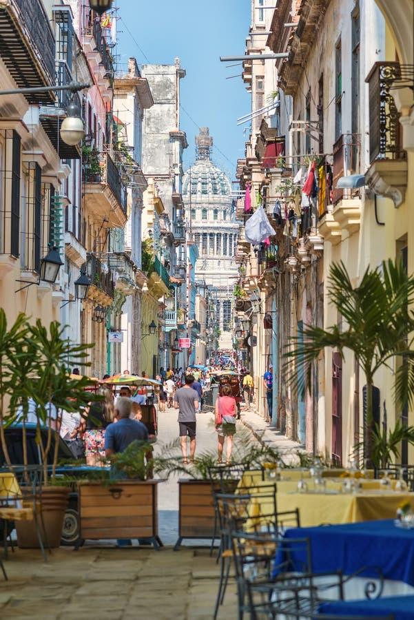 Turyści i cubans na kolorowej ulicie w Hawańskim fotografia royalty free