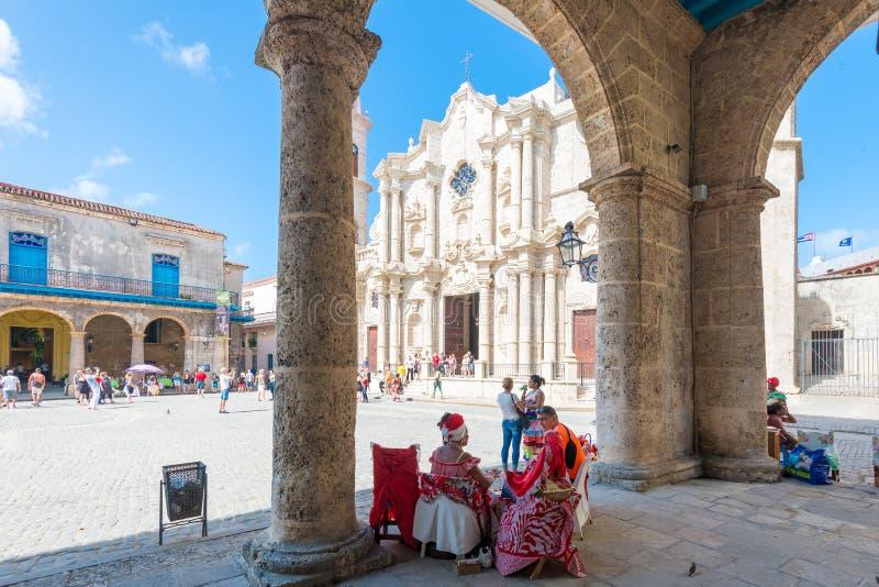 Turyści i cubans przy placem obok katedry Hawański fotografia royalty free
