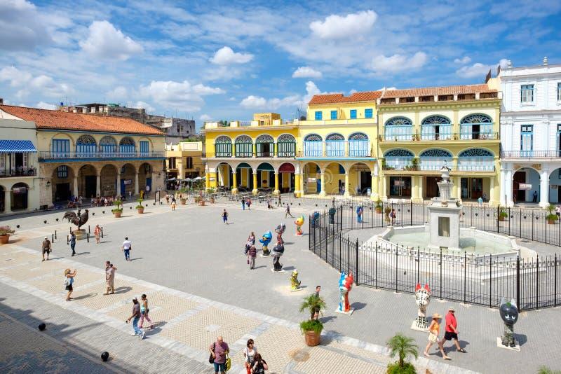 Turyści i cubans przy Starym kwadratem w Stary Hawańskim obraz royalty free