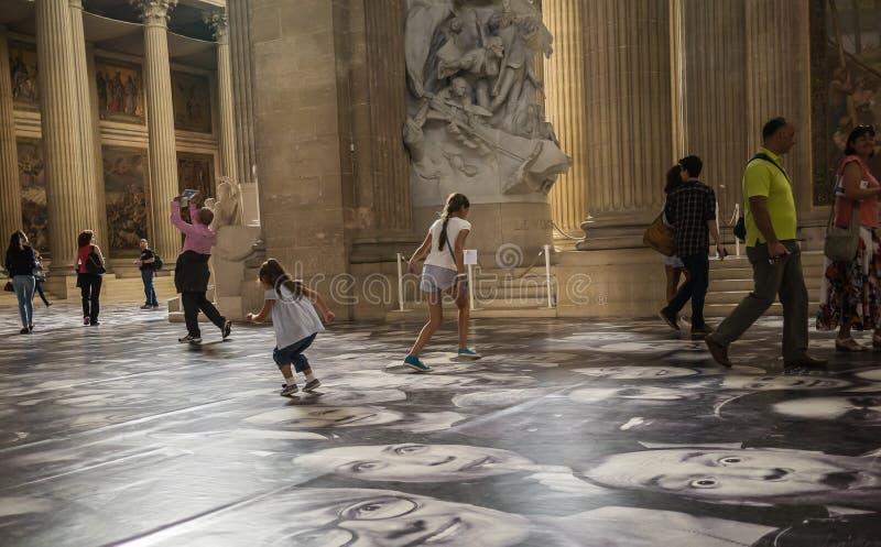 Turyści i dzieci cieszą się jr twarze na podłoga panteon w normie fotografia royalty free