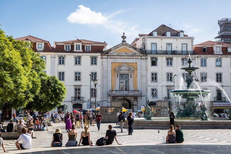 Turyści i miejscowi chodzi w tradycyjnym bulwarze w Lisbon śródmieściu w niebieskie niebo dniu, Pora Lisbon, Portugalia, Maj - 9t obrazy royalty free