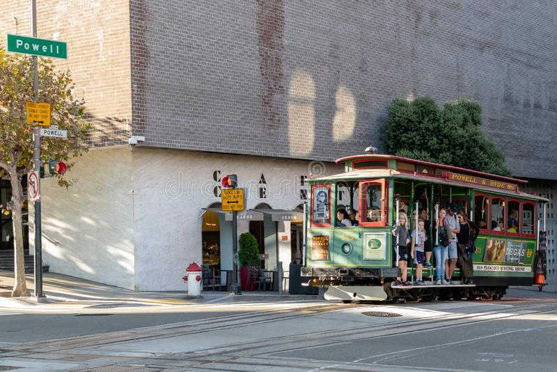 Turyści i miejscowi jedzie wagon kolei linowej, tramwaj na Powell ulicie/ zdjęcie stock