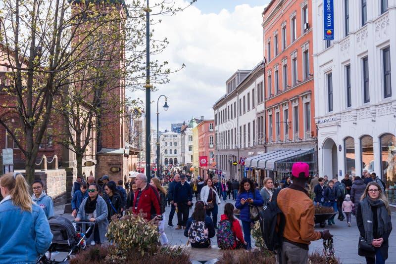 Turyści i mieszkanowie spacerują w środkowym terenie Oslo obraz royalty free