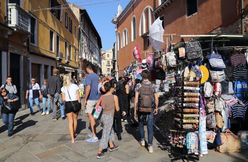 Turyści i pamiątkarscy sklepy w Wenecja, Włochy zdjęcia royalty free
