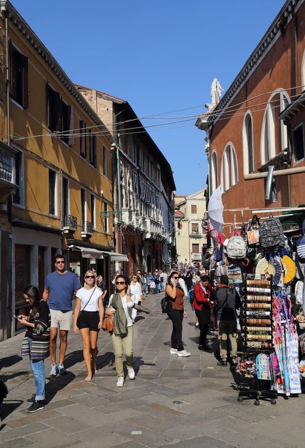 Turyści i pamiątkarscy sklepy w Wenecja, Włochy obrazy stock