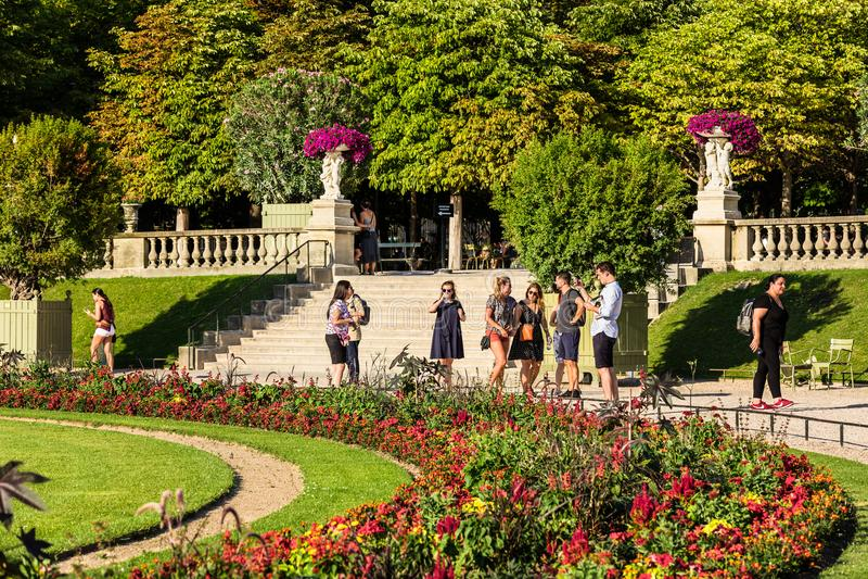 Turyści i parisians relaksuje w Luksemburg ogródach paris obrazy royalty free