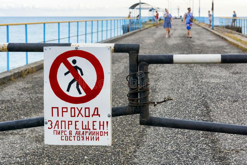 Turyści ignorują tabu chodzić na przeciwawaryjnym molu zdjęcia royalty free