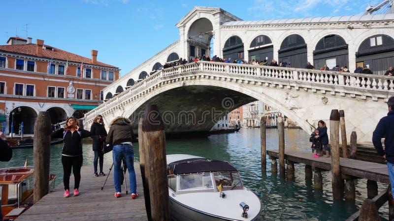 Turyści jadą na łodzi pod kantora mostem w Wenecja, Włochy zdjęcia royalty free