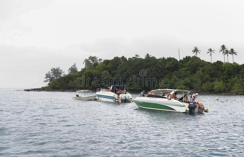 Turyści kąpać się w morzu od łodzi w zatoce Tajlandia fotografia stock