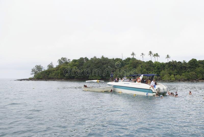 Turyści kąpać się w morzu od łodzi w zatoce Tajlandia zdjęcie stock