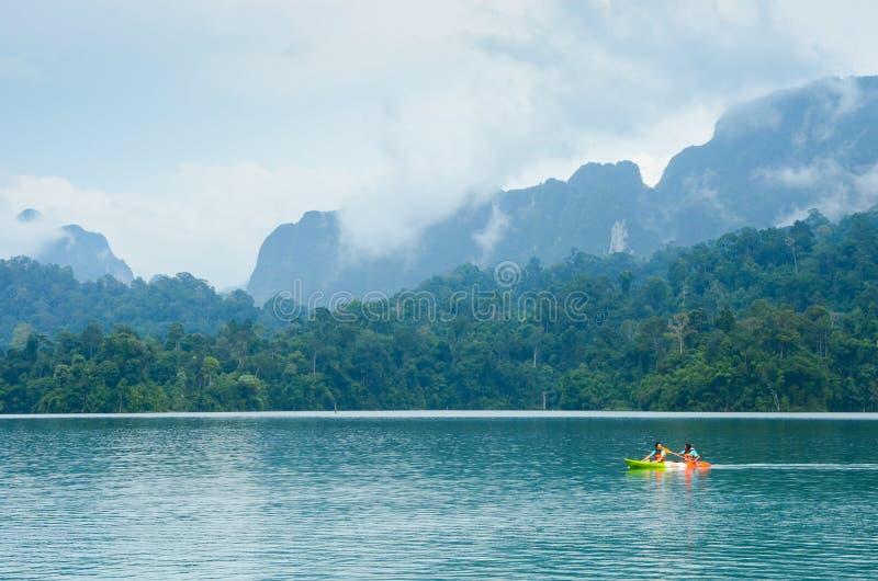 Turyści kayaking przy Khao Sok parkiem narodowym który atrakcyjny sławny popularny miejsce w Tajlandia obraz royalty free