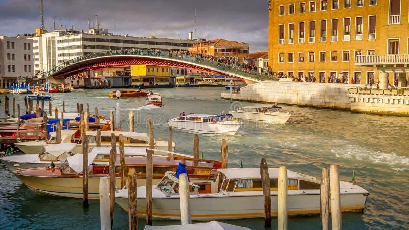 Turyści Krzyżują konstytucja most Nad Grand Canal, Wenecja, Włochy, twarz logo zamazujący obraz royalty free