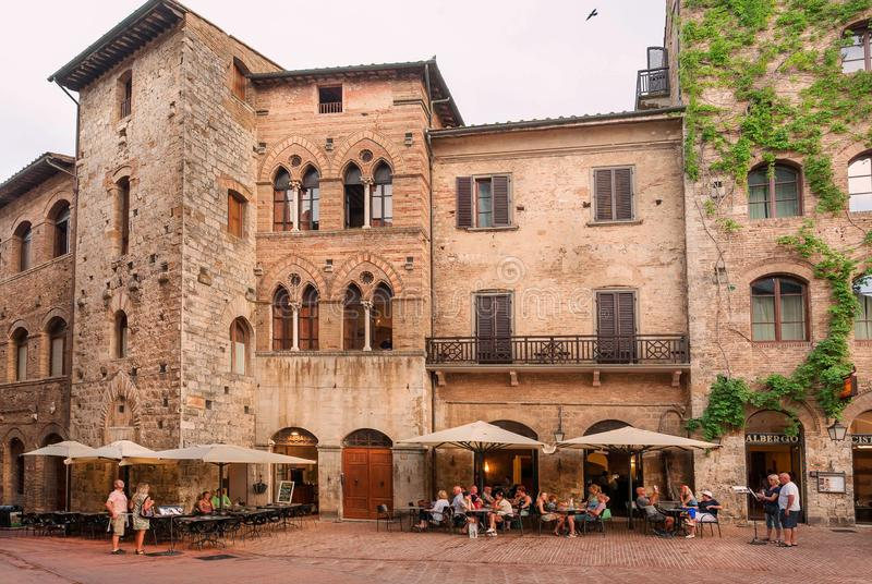Turyści ma gościa restauracji lub tradycyjną restaurację w taverna w antycznym Toskańskim miasteczku obrazy stock