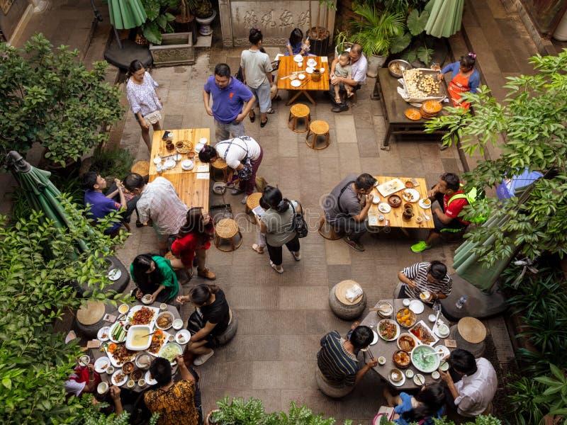 Turyści ma gościa restauracji przy ogrodową restauracją fotografia stock