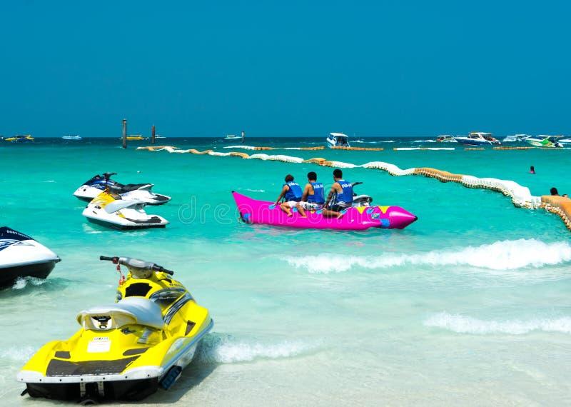 Turyści ma zabawę z bananem przy plażą zdjęcia stock