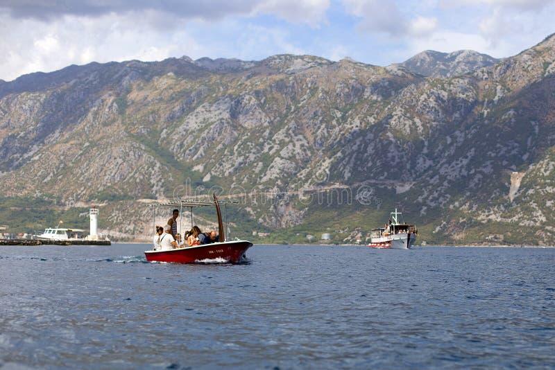 turyści na łodzi na morzu zdjęcie stock