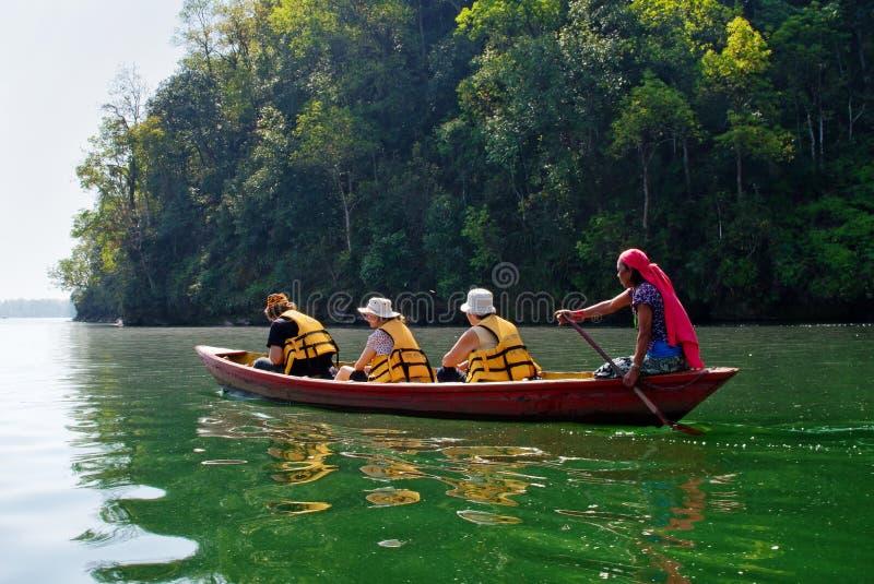 Turyści na Fewa jeziorze w Pokhara, Nepal obrazy royalty free
