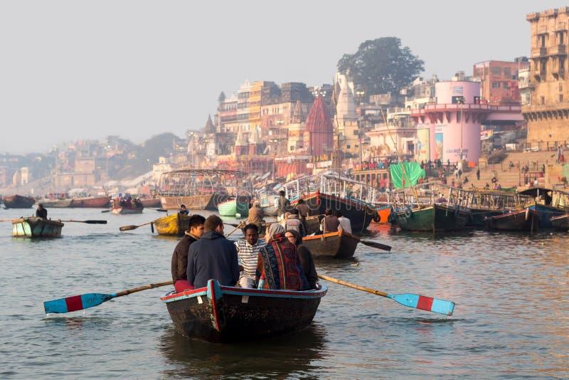 Turyści na Ganges rzece w Varanasi, Uttar Pradesh, India fotografia stock