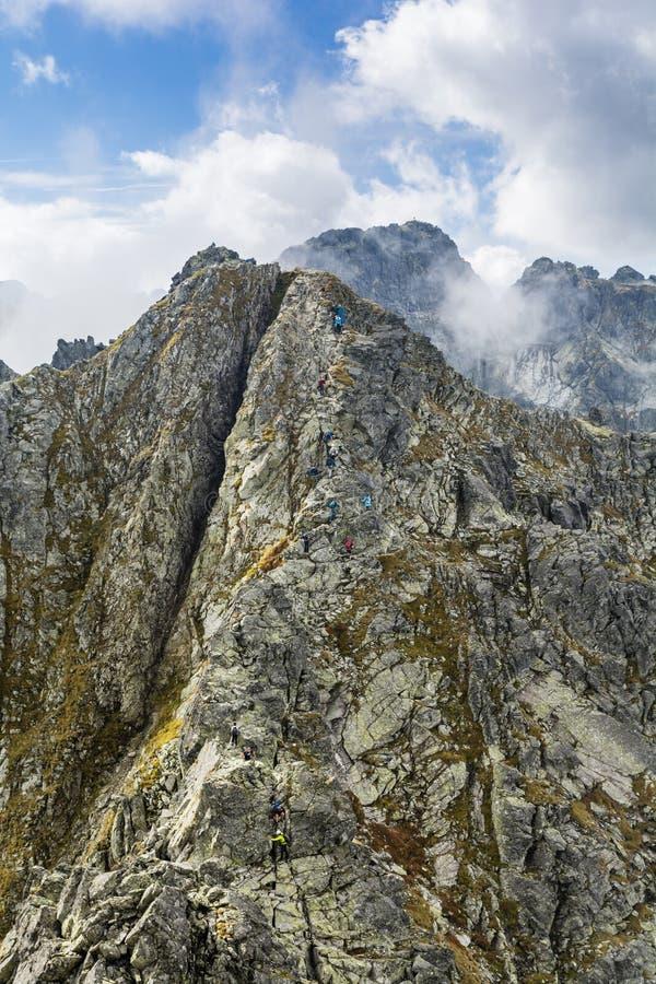 Turyści na jeden trudni ślada w Tatras w Polska, Orla Perc Eagle ścieżce - zdjęcie royalty free