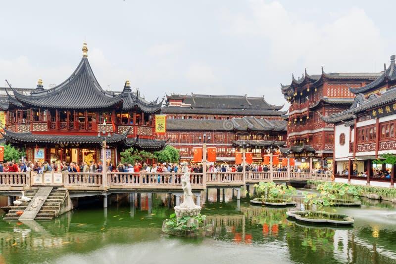 Turyści na Jiuqu moście przy Yuyuan ogródem, Szanghaj, Chiny fotografia stock