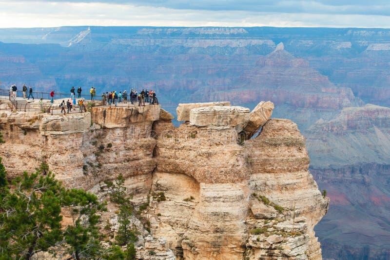Turyści na krawędzi Uroczystego jaru głęboko, GC NP usa zdjęcia stock
