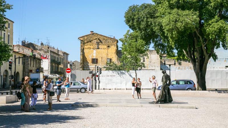 Turyści na kwadratowych miejsca des Arenes w Nimes obrazy royalty free