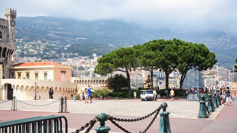 Turyści na nabrzeżu w Monaco mieście obraz royalty free