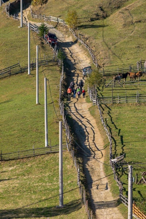 Turyści na odległej drodze gruntowej obrazy royalty free