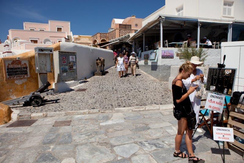 Turyści na Oia ulicie, Santorini wyspa, Grecja fotografia stock